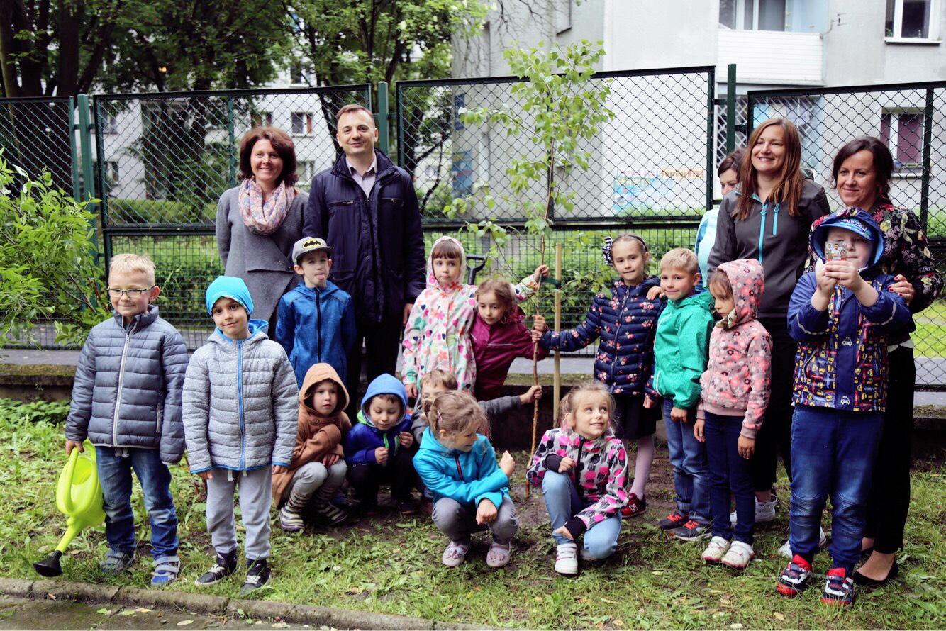 Sadzenie brzozy w Przedszkolu nr 122